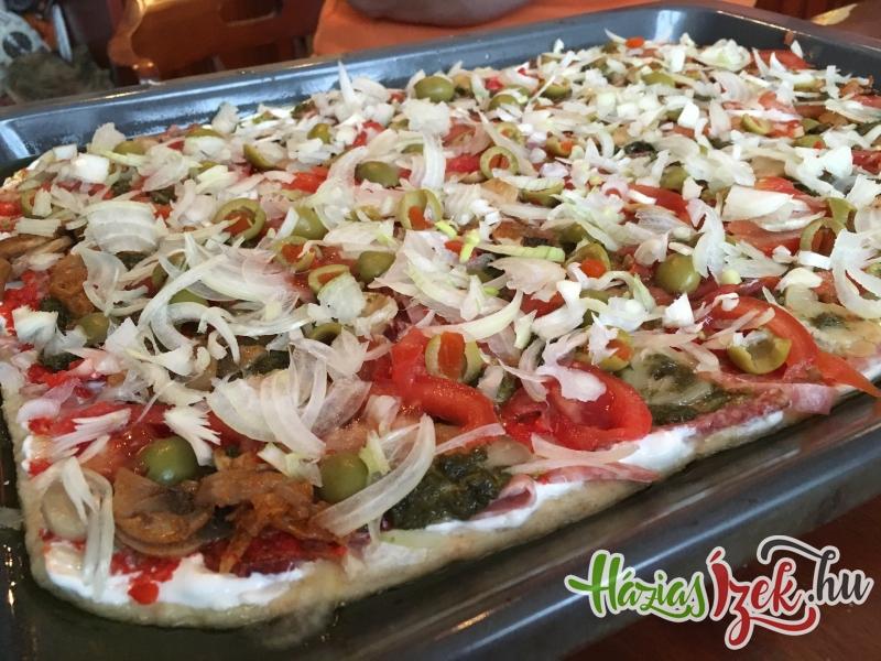 elkészült a pizza, mehet a sütőbe