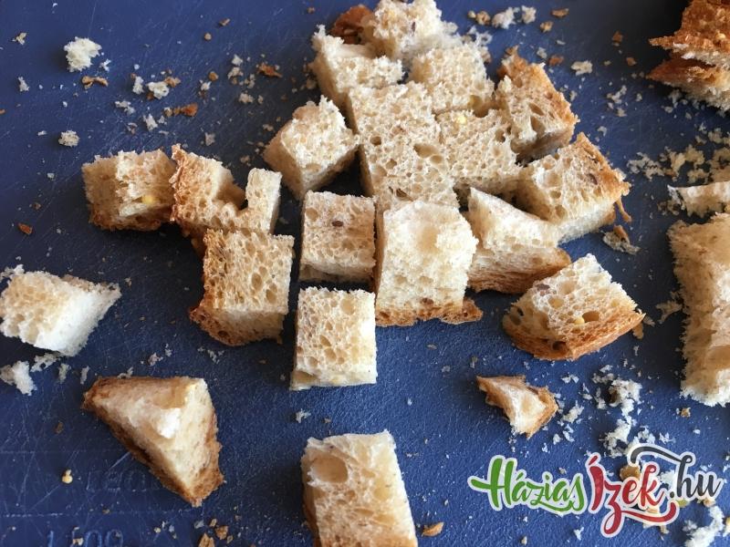 kockákra vágjuk a kenyér szeleteket